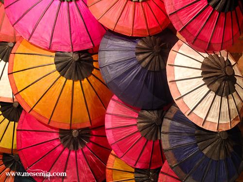 Venda de paraigues artesanals a Luang Prabang