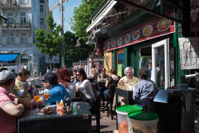 老外真的很厲害,每到一個點就是坐下來曬太陽和吃東西,連菜市場裡也能吃是怎樣?