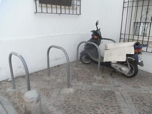 Moto metida en aparcamiento bicicletas, calle Adarve.