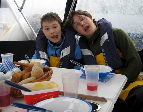 Gutta i storform på Ullsfjorden