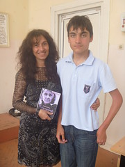 regalando a Velislav mi poemario Esperanza traducido al bulgaro
