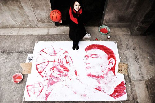 Red-Painting-a-Yao-Ming-Portrait-with-a-Basketball-feel-desain