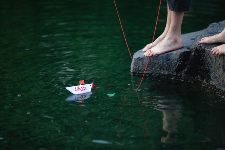 Hose contre la hausse : bataille d'eau pour l'accessibilité aux études / camp d'entraînement pour étudiants terroristes (moqueur) / lancement d'une armée navale (bâteaux en papier) [photos Thien V]