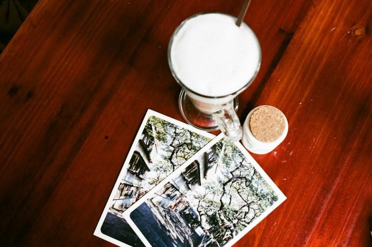 邊喝咖啡邊寫明信片,一張是寄給你的,一張是寄給自己的 :)