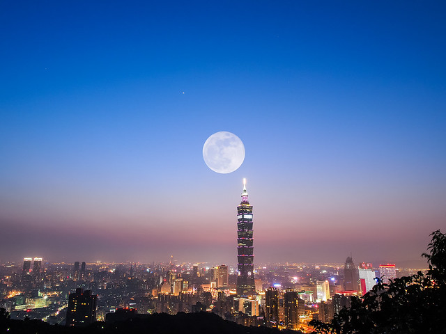 Super Moon with Taipei 101