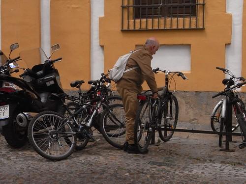 Aparcando la Bicicleta en la Facultad de Filosofía y Letras.