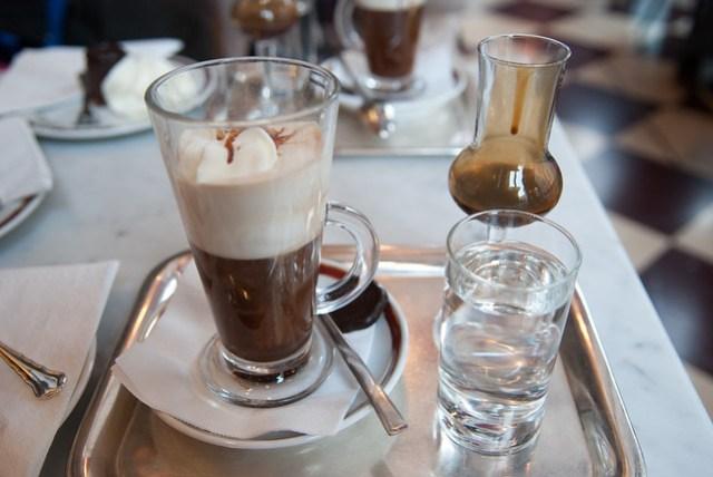 特殊的喝法,咖啡上除了有乳霜,還要淋上有葡萄酒(?)風味的巧克力汁(?),味道很特別