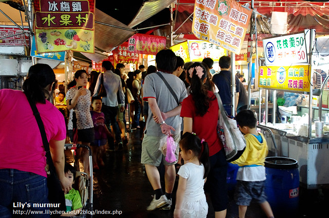 雖然剛下過雨,但週末一起跟家人逛夜市的樂趣無價。