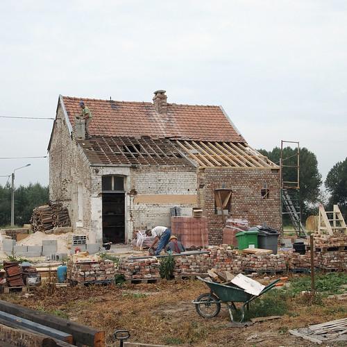 Mardi : démontage du toit et de la cheminée de la cuisine