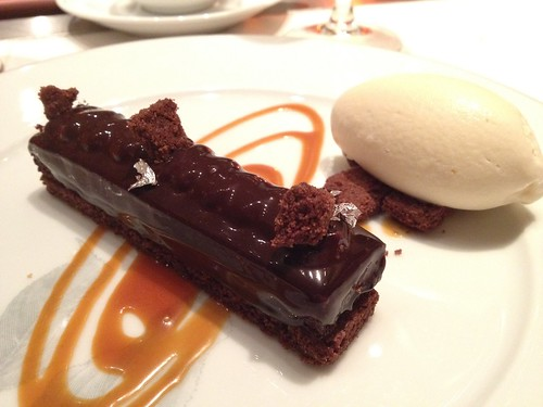 デザートはショコラとキャラメルのブノワ風 と牛乳のアイスクリーム@ブノワ