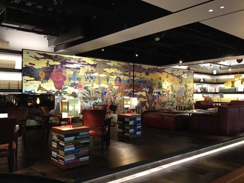 金屏風の裏には大きなモニター@代官山 蔦屋書店