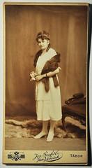 Mladá dáma s kožešinovým šálem