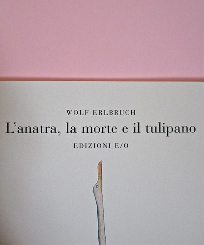 Wolf Erlbruch, L'anatra, la morte e il tulipano. edizioni e/o 2012. Grafica di W. E. e, per l'ed. it.: Emanuele Ragnisco. Copertina (part.), 4