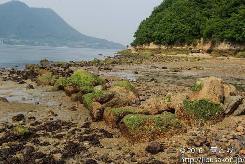 島に散見される石垣基底部