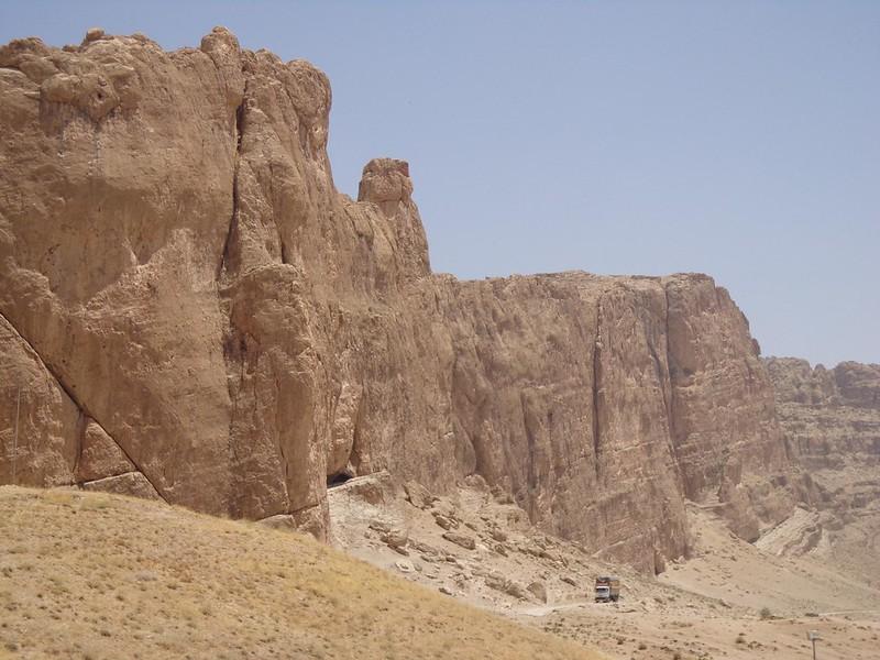 Paisagem à volta de Naqsh-e Khostam no Irão