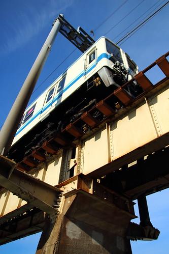 青空の下、橋の上