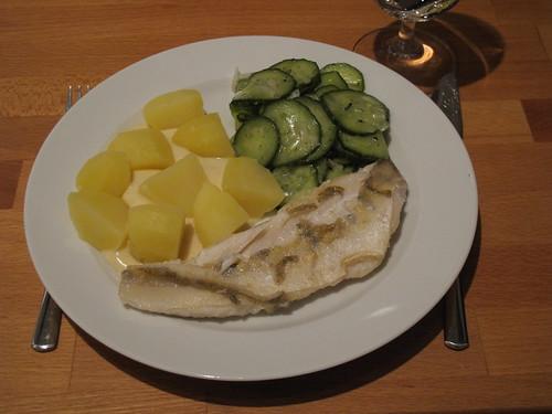 Zanderfilet mit Senfsoße, Kartoffeln und Gurkensalat