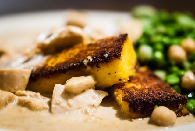 Afhaalklassieker van Foodware: parelhoen in mascarpone truffelsaus met gegrilde polenta