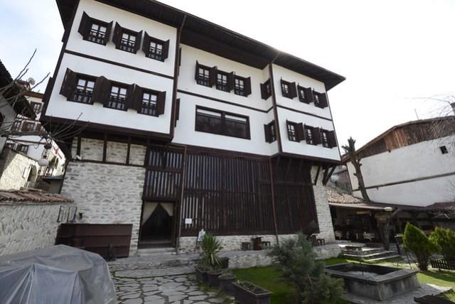 中校的寓所 (Kaymakamlar Evi) 是此類建築的典型之一,比一般民宅更為豪華,內部保存完整的古董家具和裝飾,現為博物館開放參觀,一人 3 里拉。
