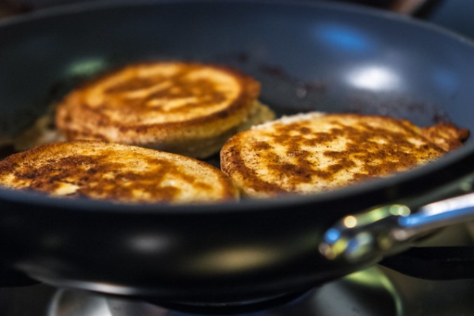 Ricotta pannenkoekjes in kaneelboter gebakken