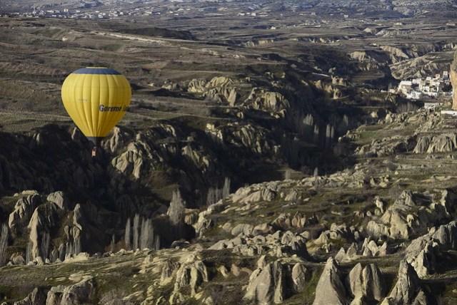 卡帕多奇亞 (Cappadocia) 區域也有很多峽谷地形,例如厄赫拉拉溪谷 (Ihlara Valley), 鴿子谷 (Pigeon Valley), 玫瑰谷 (Rose Valley) 等等,許多都是健行的好路線,沿途除了峽谷地形、溪流,還有岩壁上的洞穴屋、教堂古蹟等景觀。