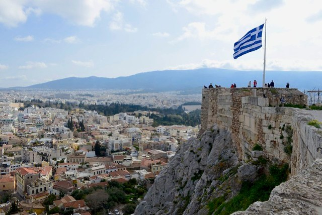 衛城 (Acropolis) 上面北方有一處觀景台,可以環視山腳下的雅典市區。看過幾座衛城,都有類似的地理模式,看來如果古希臘在台北要蓋一座衛城,咱們陽明神農坡可能是個好地方。