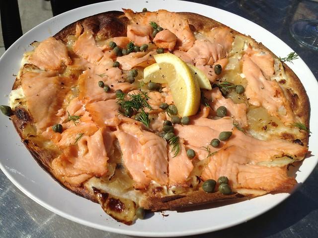 Salmon tarte flambee - Noeteca