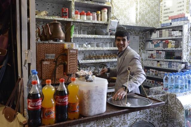 在埃及市集的入口處,我們體驗了第一杯土耳其紅茶,小小一杯即要價 1.5 TL (約 26 NTD),不加糖時略顯苦澀,但是加了兩塊方糖後,似乎也沒什麼特別口感,這時只能懷念我們的五十嵐(不過我已經下定決心要戒了它的)
