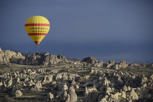 熱氣球飛越卡帕多奇亞 (Cappadocia) 的奇岩怪石地形是最大的賣點,飛行時間約 1 ~ 1.5 小時,收費依各個公司不同,價差可從 100~150 歐元(!)雖然昂貴,但可以看見如此難得的奇景,尤其又是第一次搭乘熱氣球者,還是值得。