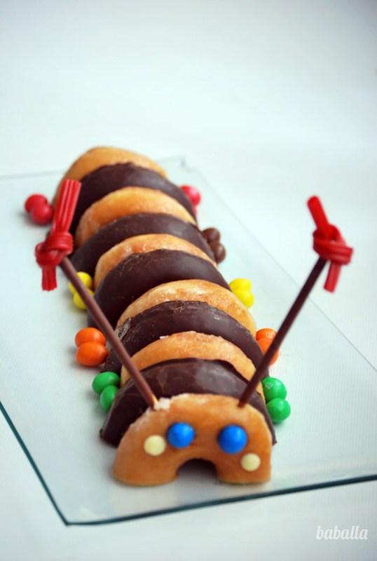 Gusano hecho con donuts. Meriendas infantiles fáciles. Cumpleaños infantiles ideas.