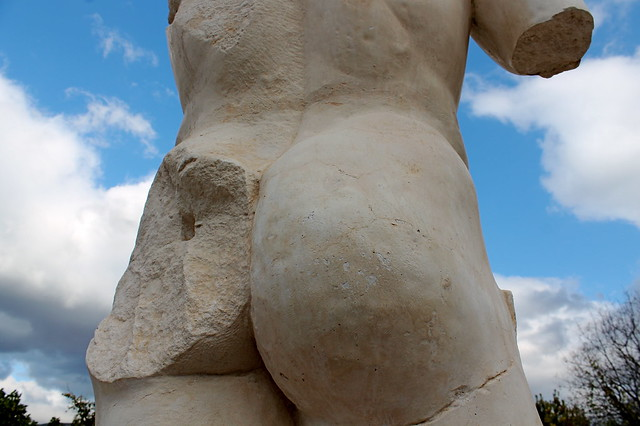 Statue booty