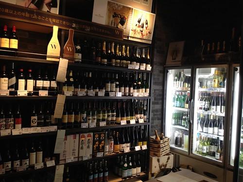 入り口を開けるとそこはワインたちがいっぱい。販売されているそうです。@ダブリュー センガワ