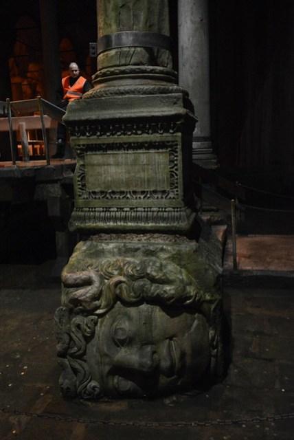 城市底下有個巨型的清水儲存場,在羅馬帝國時期實在是一件很恐怖的事,但最恐怖的在於它有兩根刻有 Medusa 頭像,而且還不是正向的柱子。