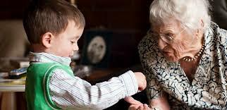 Compartiendo momentos con la abuela