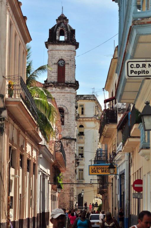 La bodeguita del Medio es uno de los grandes lugares turísticos de la ciudad, por donde han pasado numerosos visitantes, desde escritores a políticos. Todos ellos dejan su huella en el local mediante algún recuerdo, fotos, objetos o grafitis en sus paredes. La Habana vieja y un paseo por sus plazas La Habana vieja y un paseo por sus plazas 7817649910 24f5754666 o