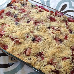 Strawberry, blueberry, peach crumb bar