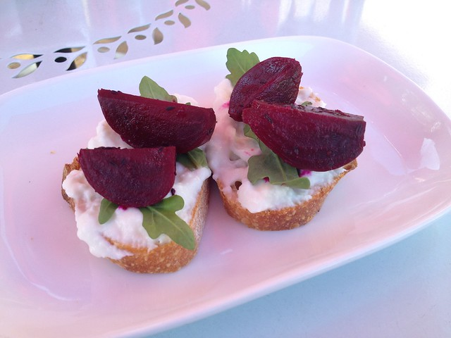 Goat cheese and beet amuse bouche - Toast