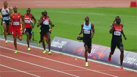 David Rudhisa gana los 800 metros y rompe record mundial