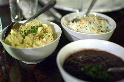 Potato salad, arroz carreteiro, feijao