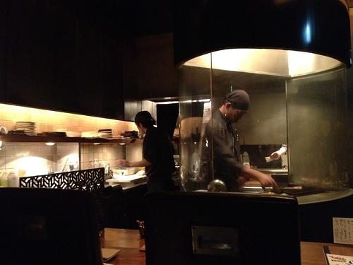 見えるところで焼き物を焼いています@やきとんに焼酎 路地