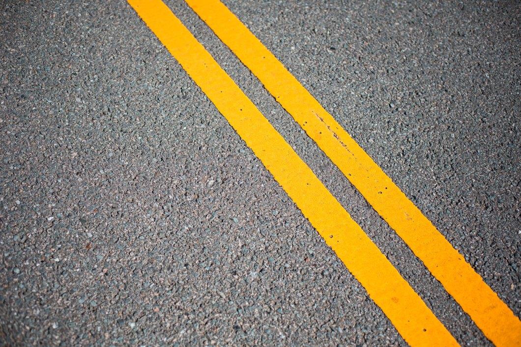 Imagen gratis del asfalto con dos rallas amarillas