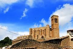 Vista de la iglesia de San Saturnino desde el pueblo