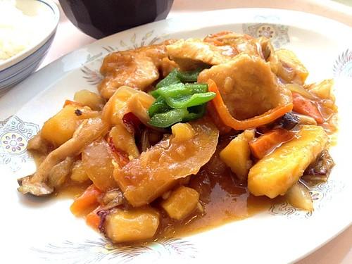 今日の社食は鶏肉と秋野菜の黒酢いため。520円。