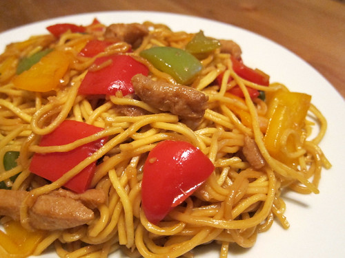 Faux Chicken and Tri-Bell Pepper Chow Mein (素三色椒雞肉炒麵)