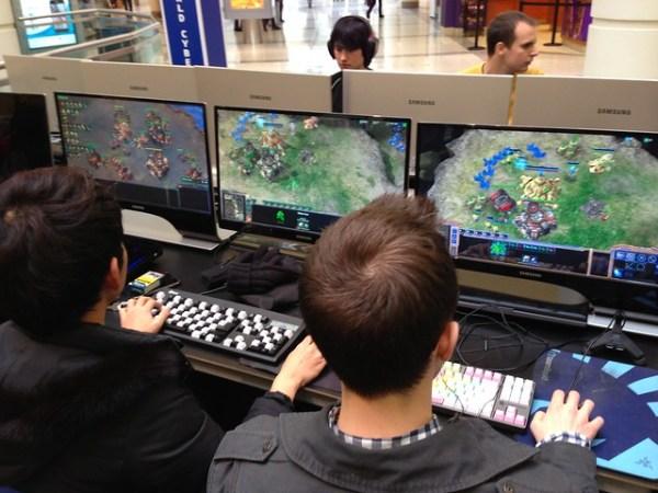 Insanely fast Starcraft 2 gameplay @WCGca
