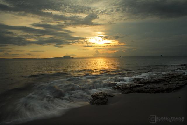 Memandang senja di pantai Cupel