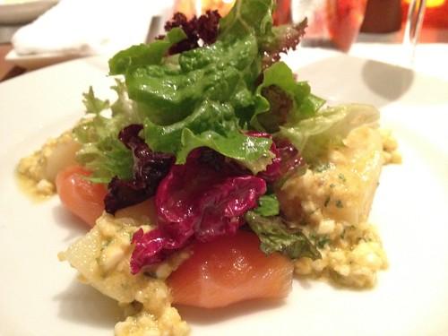 前菜はタスマニア産サーモンのマリネとじゃがいも グリビッシュソース@ブノワ