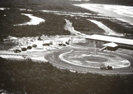 1982 - Vista aérea da Praça dos Coqueiros com a construção do stand de vendas
