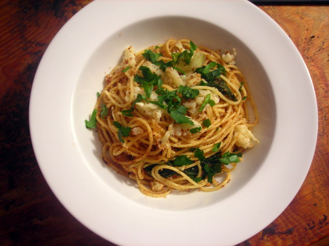 Spaghetti con cavolfiore, acciughe e bottarga di mugine