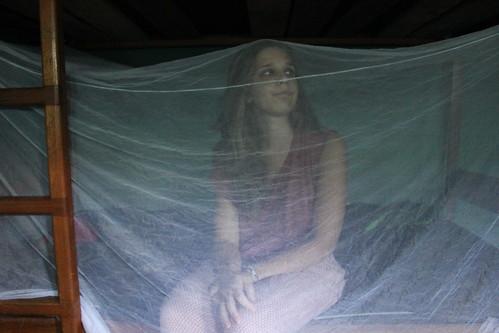 Espe bajo la mosquitera que nos salvó de las picaduras.
